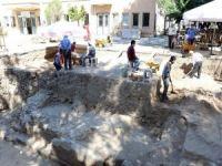 Akhisar'da Bulunan Roma Dönemine Ait Tapınağın Altından Tarih Fışkırıyor